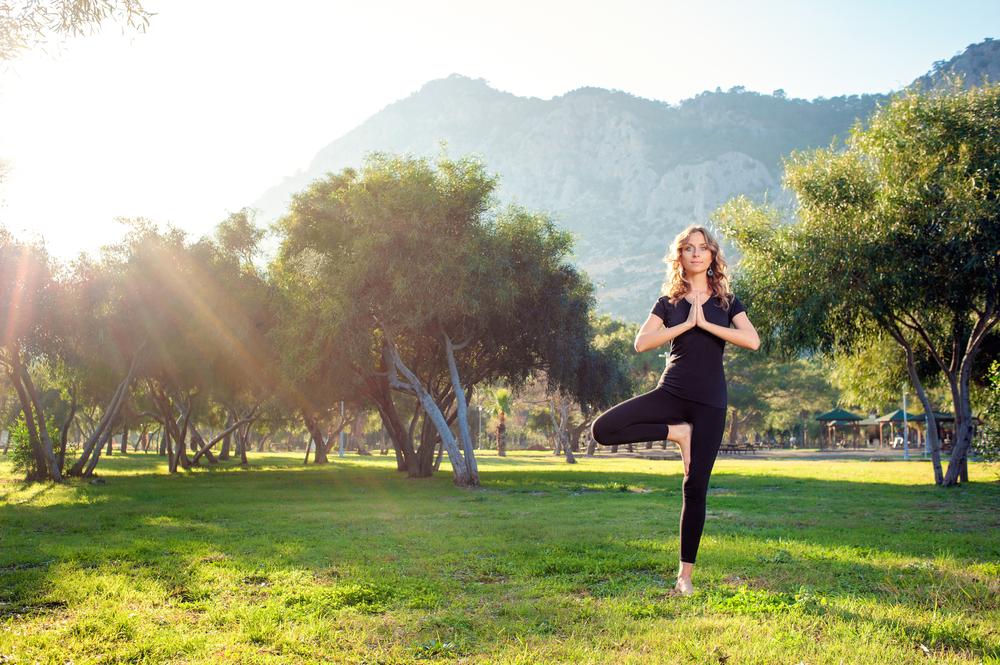 Bạn có thể thực hiện một vài bài tập nhẹ nhàng như yoga, đi bộ mỗi ngày